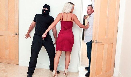 Saftirik Kocasının Yanında Hırsızla Sex