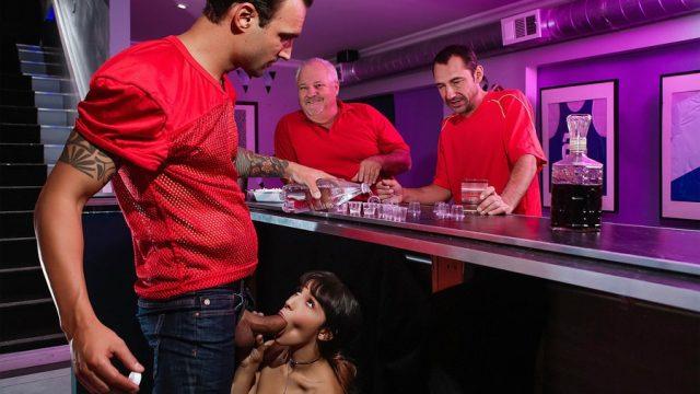 Barmene İş Başında Masa Altı Sakso Çekerek Boşalttı