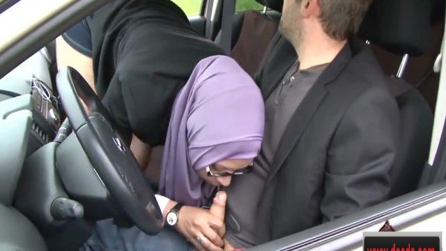 Pikniğe Giderken Türbanlı Arabada Saksoya Yattı