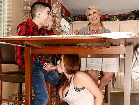 Annesinin En İyi Arkadaşına Mutfakta Yapıştırıyor