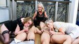 Genç Adamlarla Grup Seks Yapan Yaşlı Moruklar