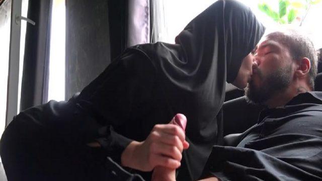 Türbanlı Civelek Kadın Kocası Yokken Tüpçüyle Sikişti
