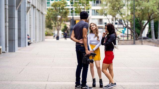 Yürüyen Üniversiteli Kızları Eve Atmasını Başaran Kameraman
