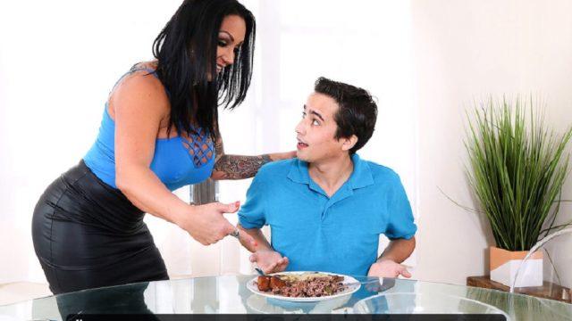 Üvey Annesinin Yemeğini Beğenmeyip Pişmiş Amını Yedi