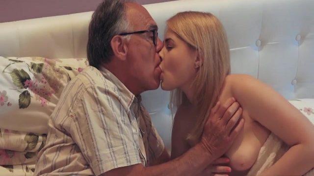 70 Yaşındaki Üvey Babasıyla Sikişen 18'lik Körpe