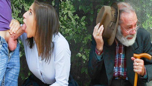 Otobüs Durağında Liseli Sikişince Yaşlı Adam Şaşırdı