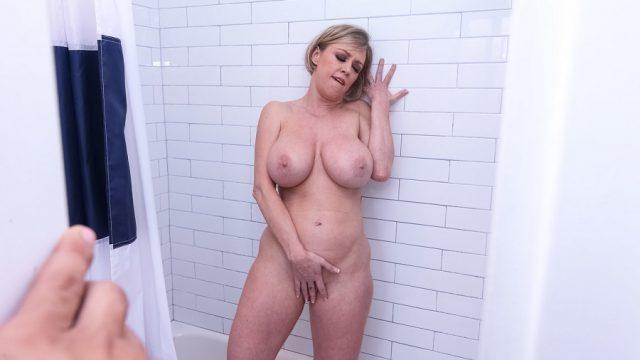 Yaşlı Üvey Annesini Duşta Amını Okşarken Yakaladı