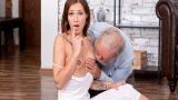 Yoga Yaparken Yaşlı Üvey Amcası Memelerine Yapıştı