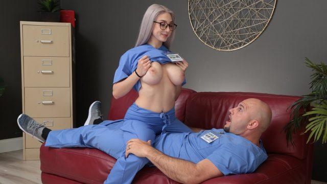 Yoğun Bakımdaki Hastaları Taburcu Olunca Eğlenen Hemşire