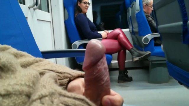 Trenin Arkasında Sikini Gösterdiği Kadının Ağzına Boşaldı