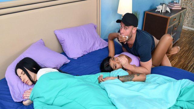Karısının Esmer Tanışını Uyudukları Yatağın Kenarında Sikti