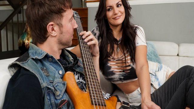 Oğlunun Gitarist Arkadaşına Akdeniz Akşamlarını Çaldıran Mature