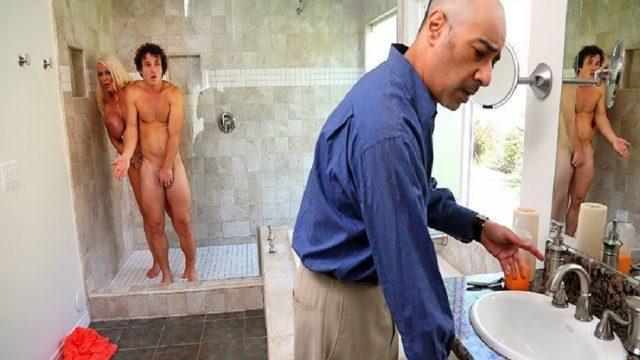 Babasının Emekli Hemşire Sevgilisi Banyoda Çıkan Ateşini Düşürttü