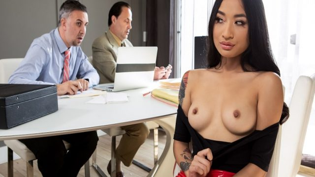 İşe Yeni Başlayan Asyalı Melez Sekreter Prim Kastı