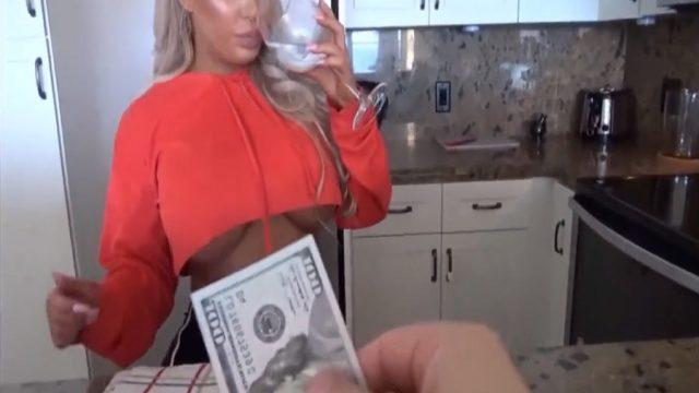 Para Bağımlısı Büyük Memeli Kokoş Yengesini Dolarla Kandırdı
