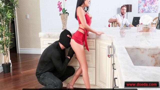 Kocasıyla Tatmin Olamayan Melez Maskeli Hırsıza Namus Çaldırdı