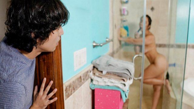 Amına Dildo Sokan Üvey Annesinin Görüntülerini Şantaj Sikişine Kullandı