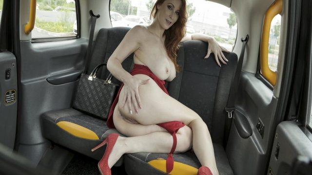 Takside Seksi Resimler Çekince Şoförün Sikiş Durağında İndi