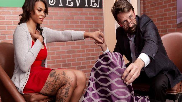 Seks Terapisine Gelen Dövmeli Melez Doktorun Terapisiyle Boşaldı