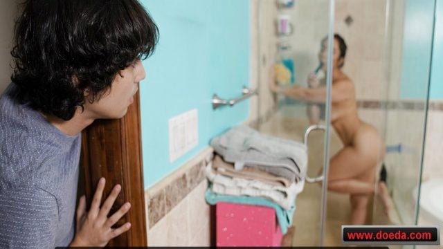 Yaşlı Üvey Teyzesini Duşta Videoya Çekip Şantajla Götten Sikti