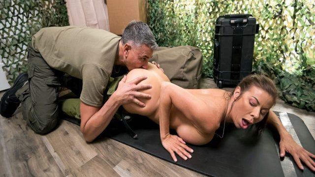 Generalinin Subay Karısına Şınav Çekmeyi Öğreten Komando
