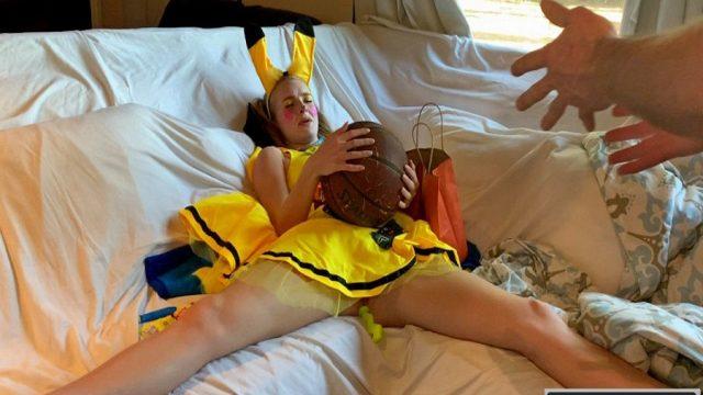 Basket Topunu Amına Sokmaya Çalışan Kostümlü Dişi Arı
