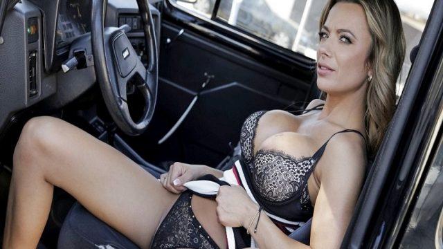 Olgun Kadın Taksici Müşterisine Arabada İndirim Yaptı