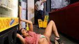 Şans Otomatına Sıkışan Kadını Sikerek İçinden Çeken Temizlikçi