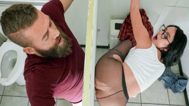 Tuvaletteki Delikten Sikişen Sevgilisinden Sıkılmış Tombul