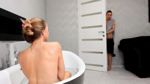 Banyoda Çıplak Gördüğü Üvey Ablasını Arzularken Sikiş Gerçekleşti