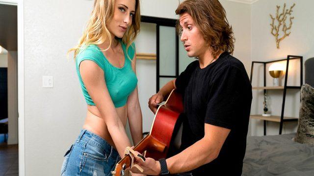 Üvey Kardeşinin Gitarını Çalarken Sik Notasına Bastı