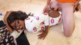 Yırtık Pijamayla Dolaşan Kız Kardeşinin Kara Arkadaşına Girdi